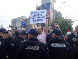 Miting PSD la Galati: Dragnea jigneste si acuza, Dancila gafeaza, protestatarii s-au luptat cu jandarmii, iar localnicii s-au ales cu toalete noi (Foto&Video)