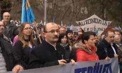 Miting pentru autonomie: 2.500 de oameni flutura un steag secuiesc imens la Tirgu Mures
