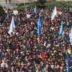 Mitingul de la Uzina Dacia s-a incheiat cu Hora Unirii