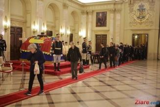 Moartea regelui Mihai: Mii de oameni au stat la coada toata noaptea la Palatul Regal
