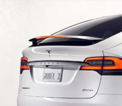"""Model uimitor de la Tesla Motors: Noua masina electrica are portiere """"aripi de soim"""" (Foto)"""