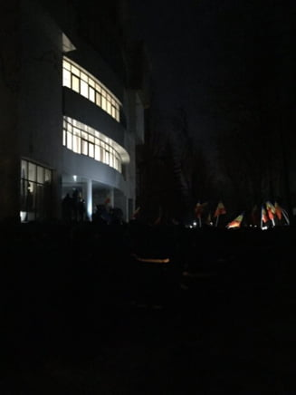 Moldova fierbe: Violente la Parlament, politicieni agresati si juramant la miez de noapte - se anunta noi proteste