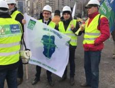 Moldovenii care militeaza pentru constructia A8, la protest