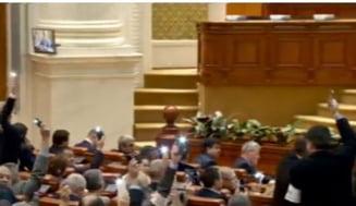 Moment inspirat de proteste, in Parlament: Opozitia a aprins lanternele telefoanele mobile. Un senator PSD le-a cerut sa o faca pe banii lor