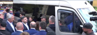 Moment jenant la plecarea liderilor PSD de la Iasi: Microbuzul - tras la intrare, zid uman de protectie si fanfara ca sa nu se mai auda protestele (Video)