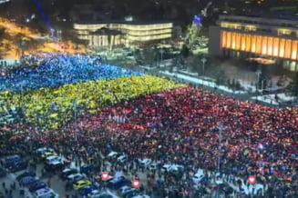 Moment unic in Piata Victoriei: Un tricolor uman urias in fata Guvernului (Galerie foto)
