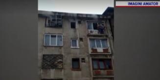 Momente dramatice intr-un bloc din Uricani. Doua persoane au iesit pe geam, speriate de incendiu