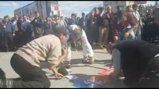 Momente inedite din campania electorala: sustinatori PSD care se inchina la pancarte si o manea marca Nicolae Guta (Video)