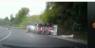 Momentul în care o cisternă care transporta tone de vin s-a răsturnat, filmat pe un drum din Hunedoara VIDEO