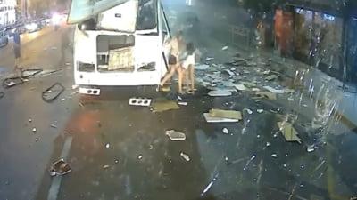 Momentul în care un autobuz explodează pe o stradă din Rusia. Doi oameni au murit și 17 au fost răniți VIDEO