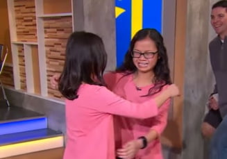 Momentul emotionant in care fete gemene separate la nastere se intalnesc dupa 10 ani (Video)