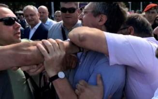 Momentul in care fostul primar al Chisinaului Dorin Chirtoaca se nepusteste asupra lui Igor Dodon. A fost culcat la pamant VIDEO