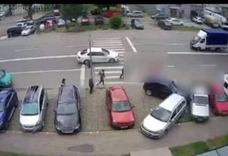 Momentul in care un autoturism spulbera doua persoane pe o trecere de pietoni din Tecuci VIDEO
