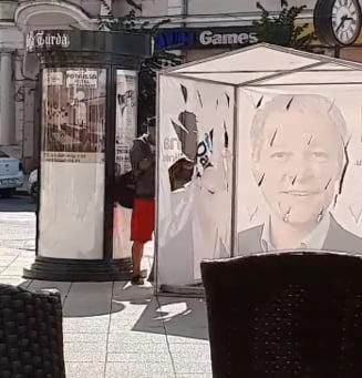 Momentul in care un cort USR-PLUS este vandalizat in miezul zilei a fost surprins in imagini (Video)
