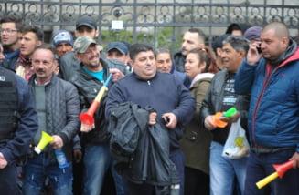 Mormane de gunoaie si pancarte abandonate de sustinatorii lui Dragnea de la ICCJ (Foto&Video)