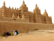 Moschei ca niciunde altundeva: Sunt construite din pamant si au bete infipte in ele (Video & Galerie foto)
