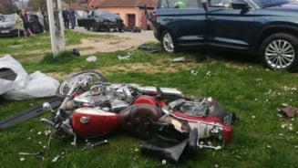Motociclist ranit, dupa ce a fost proiectat in luneta unui autoturism parcat