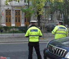 Motociclist retinut, dupa ce a intrat in masina politiei - avea permisul suspendat si era cercetat in alt dosar penal