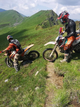 "Motociclisti calare pe bujorii protejati de lege in Parcul National Muntii Rodnei. Administrator: ""Noi avem doar 10 oameni si doua Dustere"""