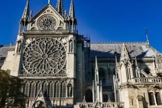 Multi au promis, putini chiar au si donat pentru Notre-Dame. Prima liturghie de dupa incendiu se tine cu casti de protectie