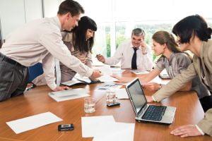 Multinationalele cer sugestii angajatilor pentru reducerea costurilor