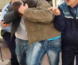 NEWS ALERT: Batran de 80 de ani, talharit si amenintat cu un cutit in propria casa la Costesti