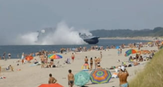 Nava militara uriasa pe o plaja aglomerata (Video)