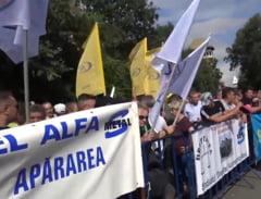 Negocieri la Guvern cu sindicatele din industria apararii: Badalau si Teodorovici dau vina pe subalternii din ministere