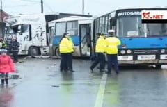 Nicolae Balcescu: Un TIR a intrat intr-un autobuz
