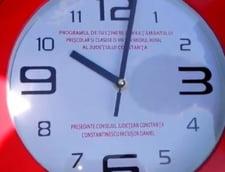 Nicusor Constantinescu isi face campanie in scoli cu ceasuri de perete (Video)