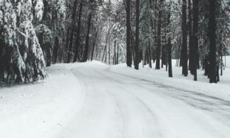 Ninge în România. Imagini cu drumarii care strâng zăpada VIDEO