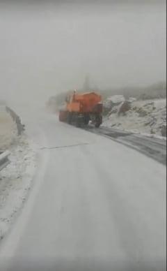 Ninge abundent pe Transfagarasan. Drumarii cer turistilor sa nu se aventureze, daca nu au masinile echipate de iarna (Video)