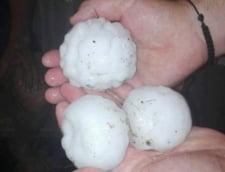 Noapte de cosmar in mai multe localitati din tara - raurile s-au revarsat, apa a depasit doi metri, grindina cat oul de gaina