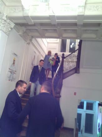Noaptea in care Elena Udrea a privit de sus presa si a plecat pe usa din spate
