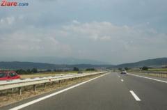 Noi probleme pentru o autostrada din Romania: Un deal a luat-o la vale