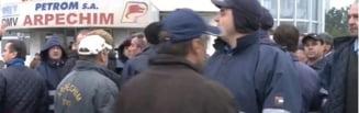 Noi proteste si scandal la Oltchim - Executorul judecatoresc, agresat si alungat