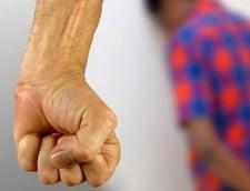 Noi reguli pentru protectia victimelor: Agresorul, obligat sa se prezinte periodic la sectia de politie