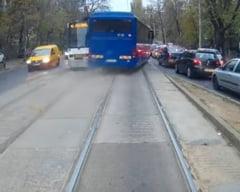 Noi sanctiuni pentru soferul autocarului Jandarmeriei care a mers pe contrasens, pe linia de tramvai
