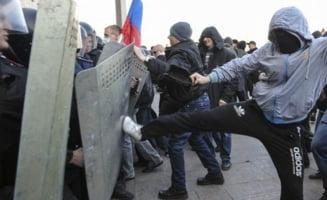 Noi violente in Ucraina: Protestatarii pro-rusi au luat cu asalt cladiri guvernamentale