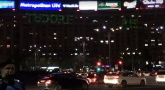 "Nou protest in Piata Victoriei - a fost proiectat mesajul ""Tudorel Slugarel"" pe o cladire"