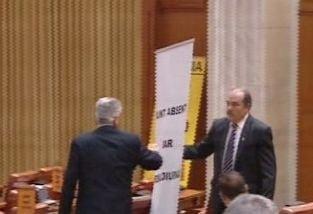 """Nou scandal in Camera Deputatilor: Lupte in bannere si injuraturi """"in interes national"""""""