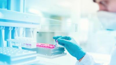 Noul medicament anti-COVID evaluat de urgență în Europa. Blochează răspândirea virusului SARS-CoV-2 în organism
