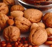 Nucile, un aliment excelent pentru piele