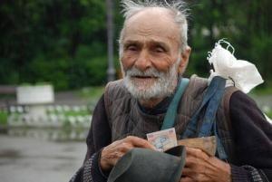 Numai la pensionarii saraci si cuminti vine Mos Craciun