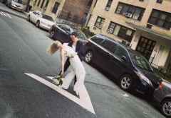 Nunta in vremea pandemiei: Si-au jurat credinta pe strada, iar ofiterul de casatorie era la etajul 4 (Video)