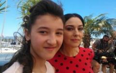 O adolescenta romanca, alaturi de Monica Belluci pe covorul rosu de la Cannes