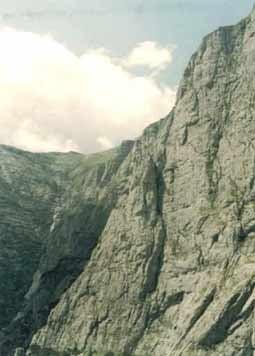 O alpinista a murit, dupa ce a cazut intr-o prapastie in Bucegi (Video)