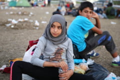 O alta imagine induiosatoare: micuta refugiata si politistul care nu a uitat cum e sa fii copil (Foto)