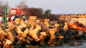 O ambarcatiune a luat foc la intrarea in Portul Eforie. Proprietarul a sarit in apa pentru a se salva