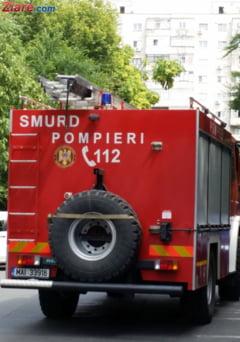 O autospeciala de pompieri in misiune s-a rasturnat peste masini la Pitesti. Nu avea CASCO, asa ca soferul ar putea plati daunele